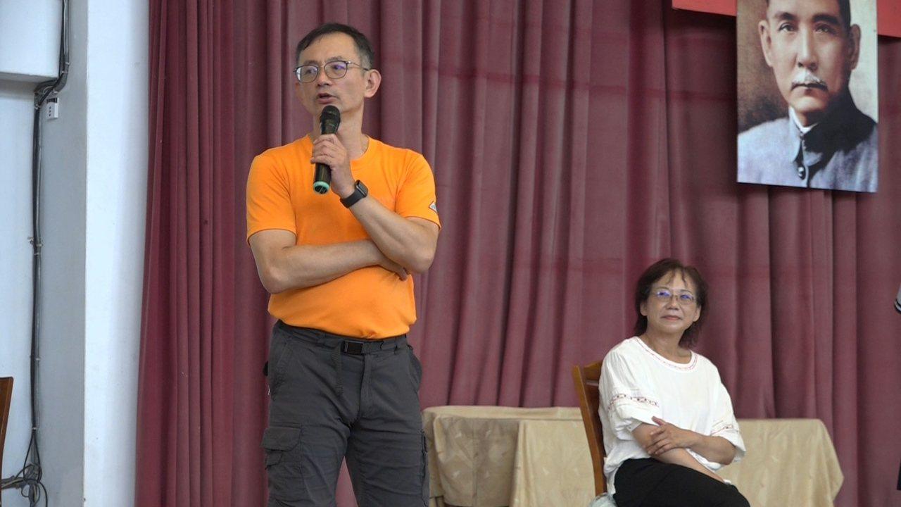 蠻牛先生廖嘉琛應邀到雲林褒國中分享自己和獨腿愛妻的精彩人生。記者蔡維斌/攝影