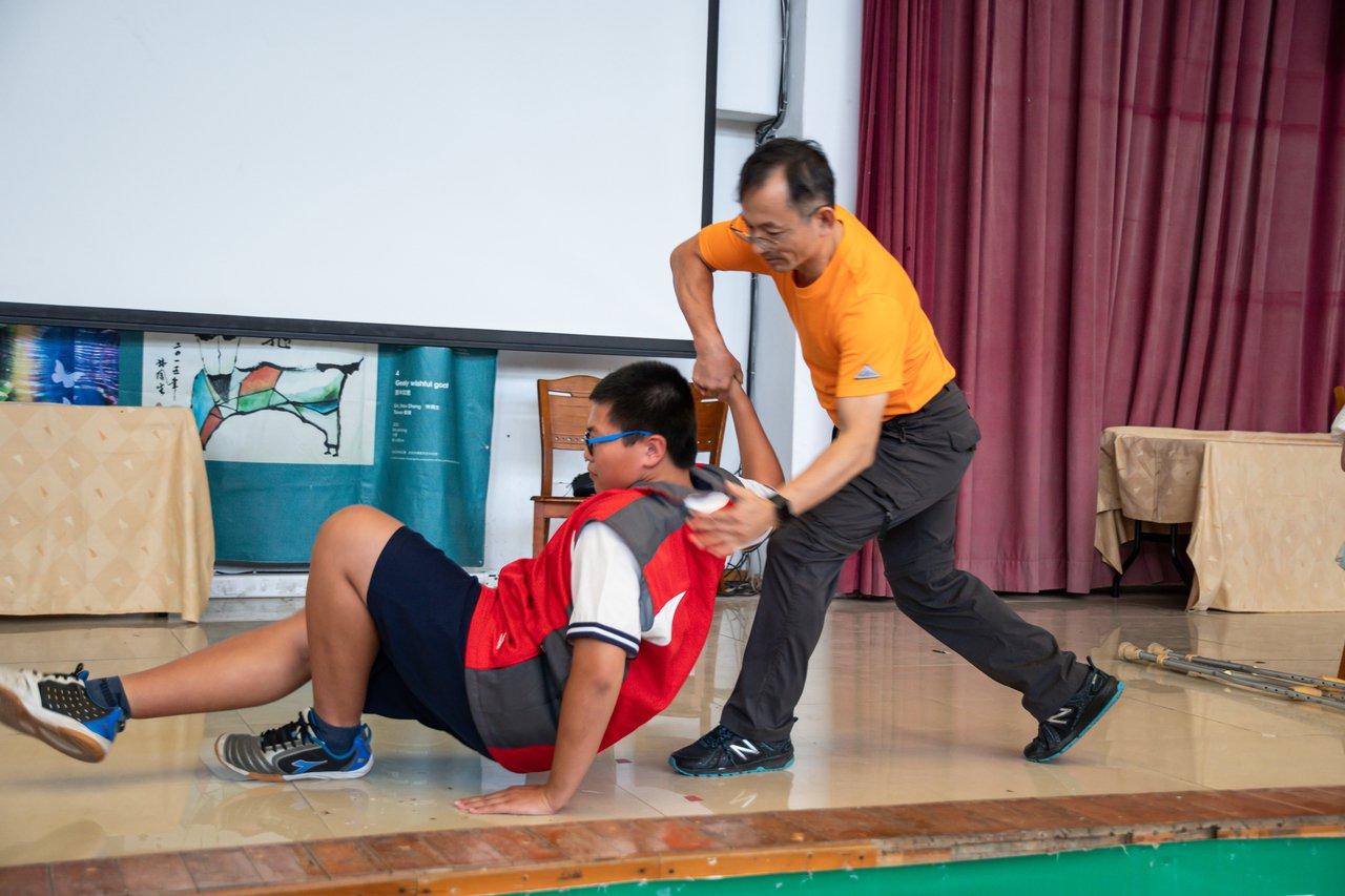 蠻牛先生廖嘉琛也秀一段武術並和學生比力,展現正港的蠻牛先生功力。記者蔡維斌/攝影