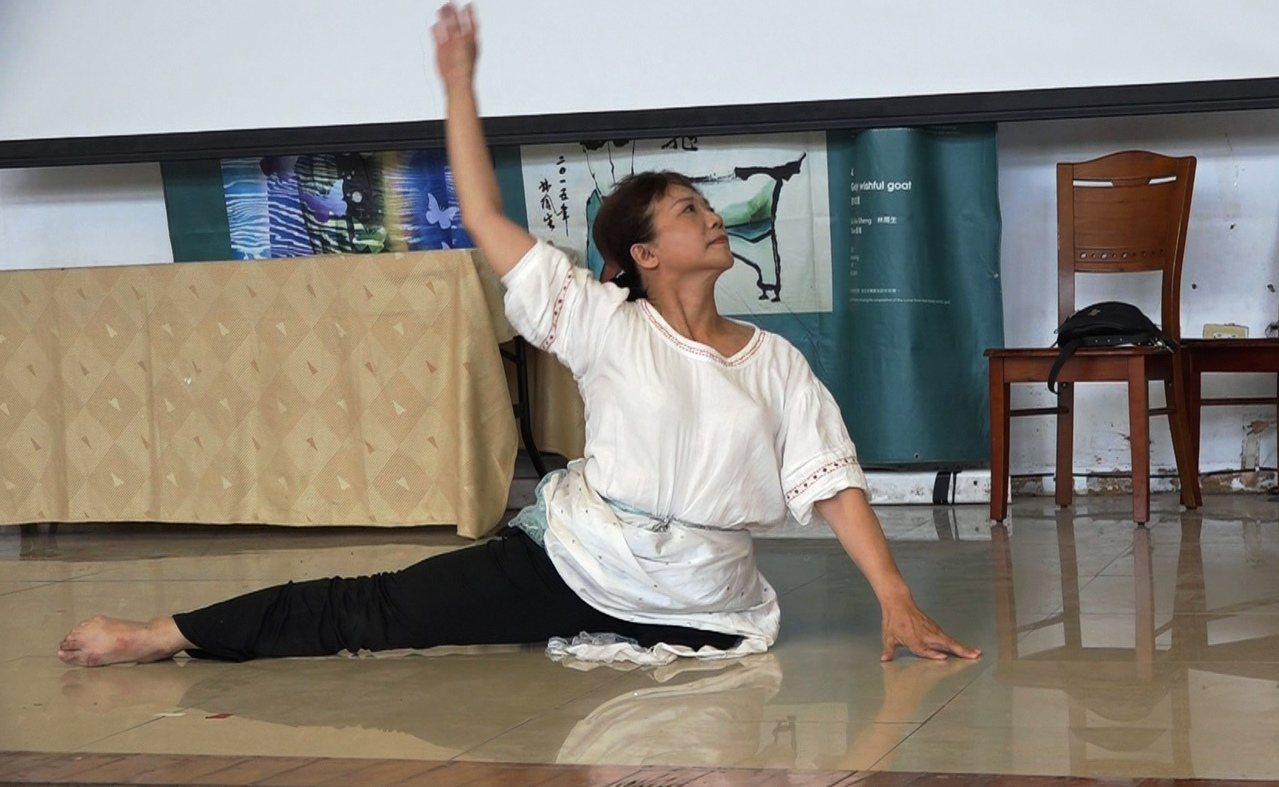 蠻牛先生的愛妻徐婉琪吃盡苦頭,單腿練出一身好舞藝。記者蔡維斌/攝影