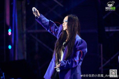天后「阿妹」張惠妹14日於南京的2019咪豆音樂節壓軸獻唱,一連帶來10首歌曲,High翻全場,但其中演唱的歌曲「愛什麼稀罕」卻遭作詞人范中芬控訴並無授權,公開演出涉侵權。歌曲「愛什麼稀罕」收錄於阿...