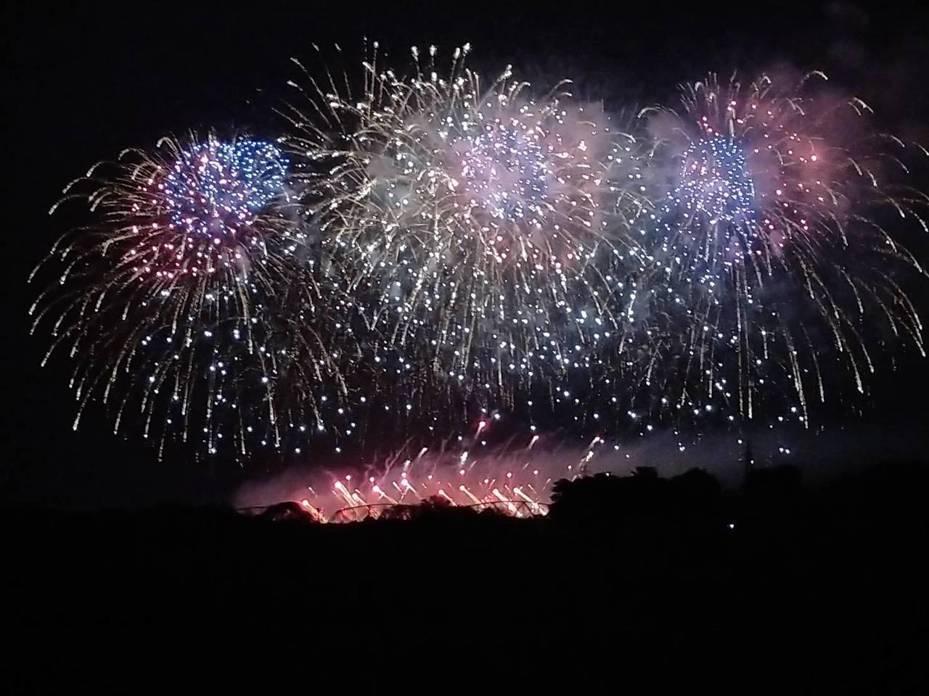 國慶焰火今晚試放5分鐘,照亮高屏溪夜空。記者翁禎霞/攝影