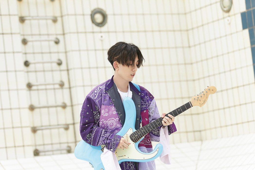 林宥嘉新歌「少女」宣告「戀愛中的男人,都是少女」。圖/華研提供