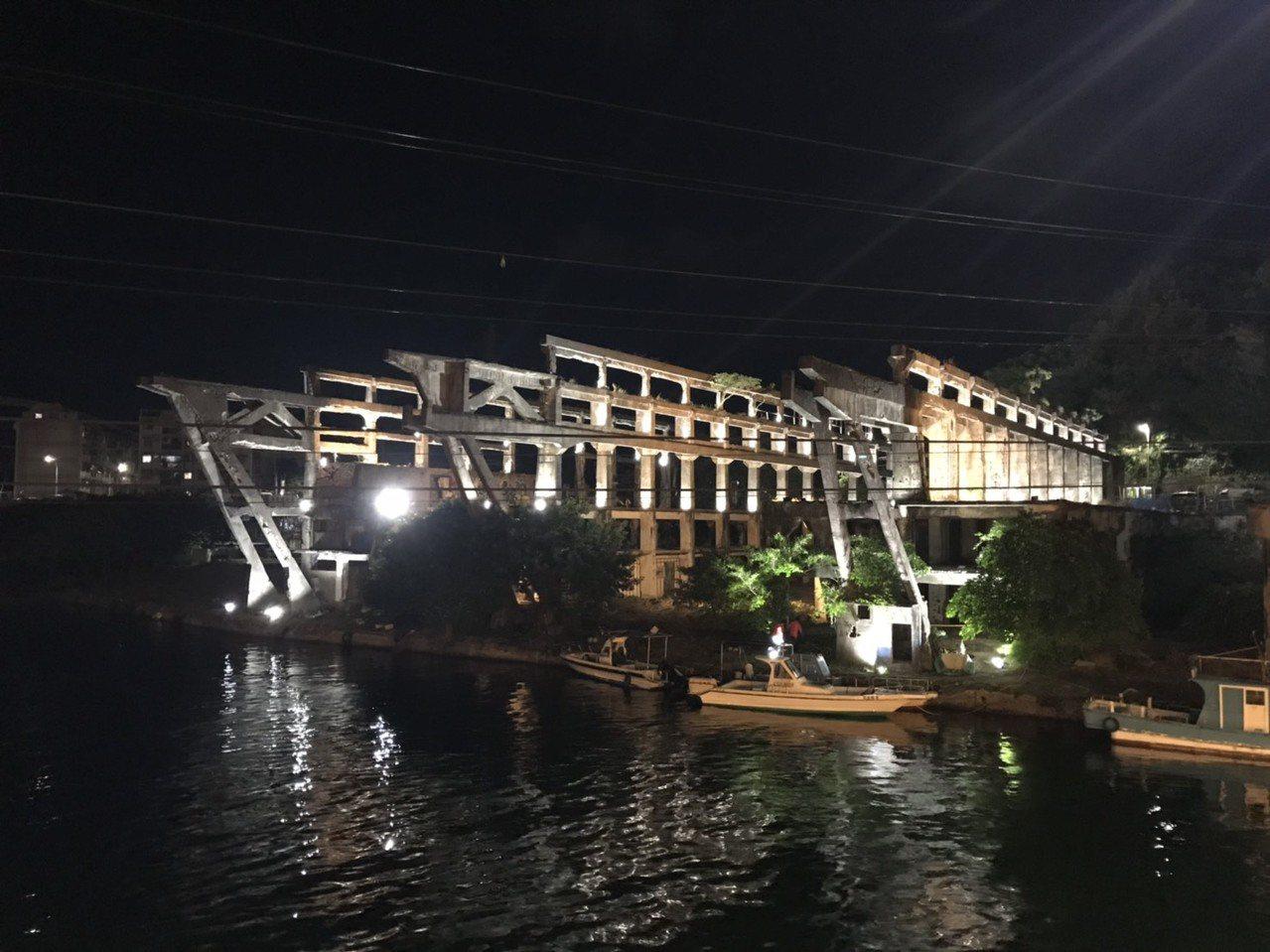 基隆潮藝術也要讓阿根納造船廠亮起來,今晚試燈,幽幽燈光,令人驚豔。圖/基隆文化局...