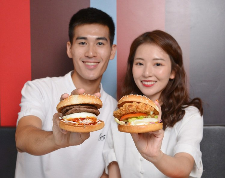 韓式「醬烤蛋煎雙牛堡」、日式「柚香塔塔脆鷄堡」接力登場。圖/麥當勞提供