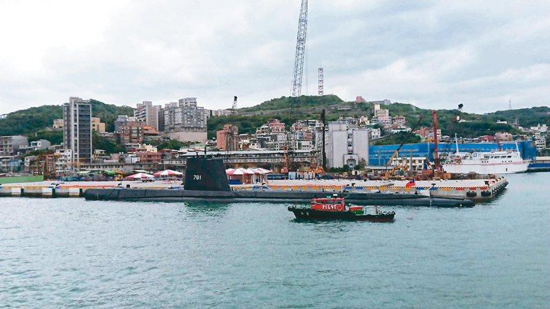 全球最老還在服役的茄比級「海獅」潛艦,昨天早上駛入基隆港,目睹的民眾都好興奮。圖/楊瑞英提供