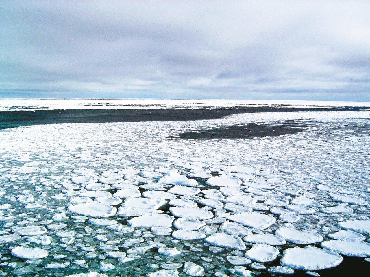 科學家指出,南極冰原若因地球暖化持續融化,全球海平面恐將至少上升三公尺。圖為南極...