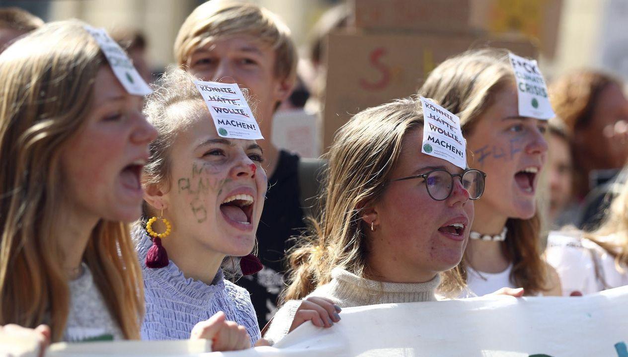 日前國際青少年發起「Fridays For Future」活動抗議減碳不力。圖為...