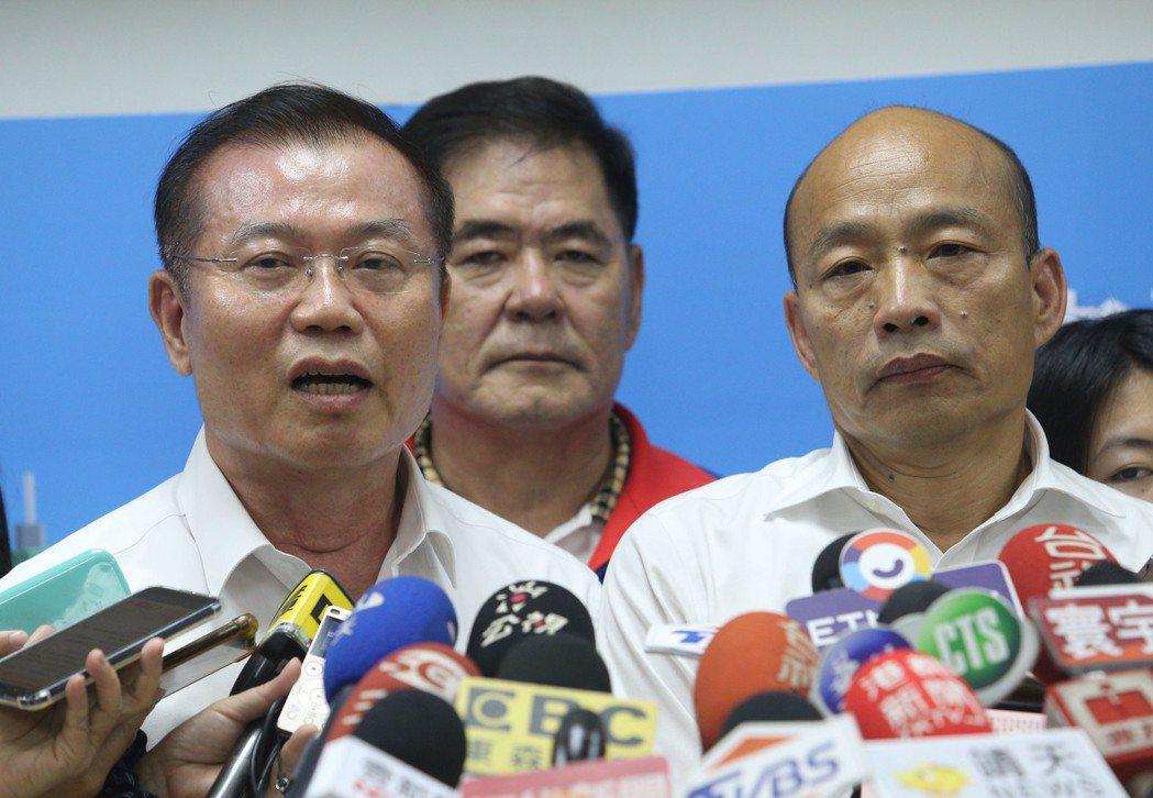高雄市長韓國瑜(前右)力挺高雄市警察局維護治安的決心。(前左)為高雄市警察局長李...