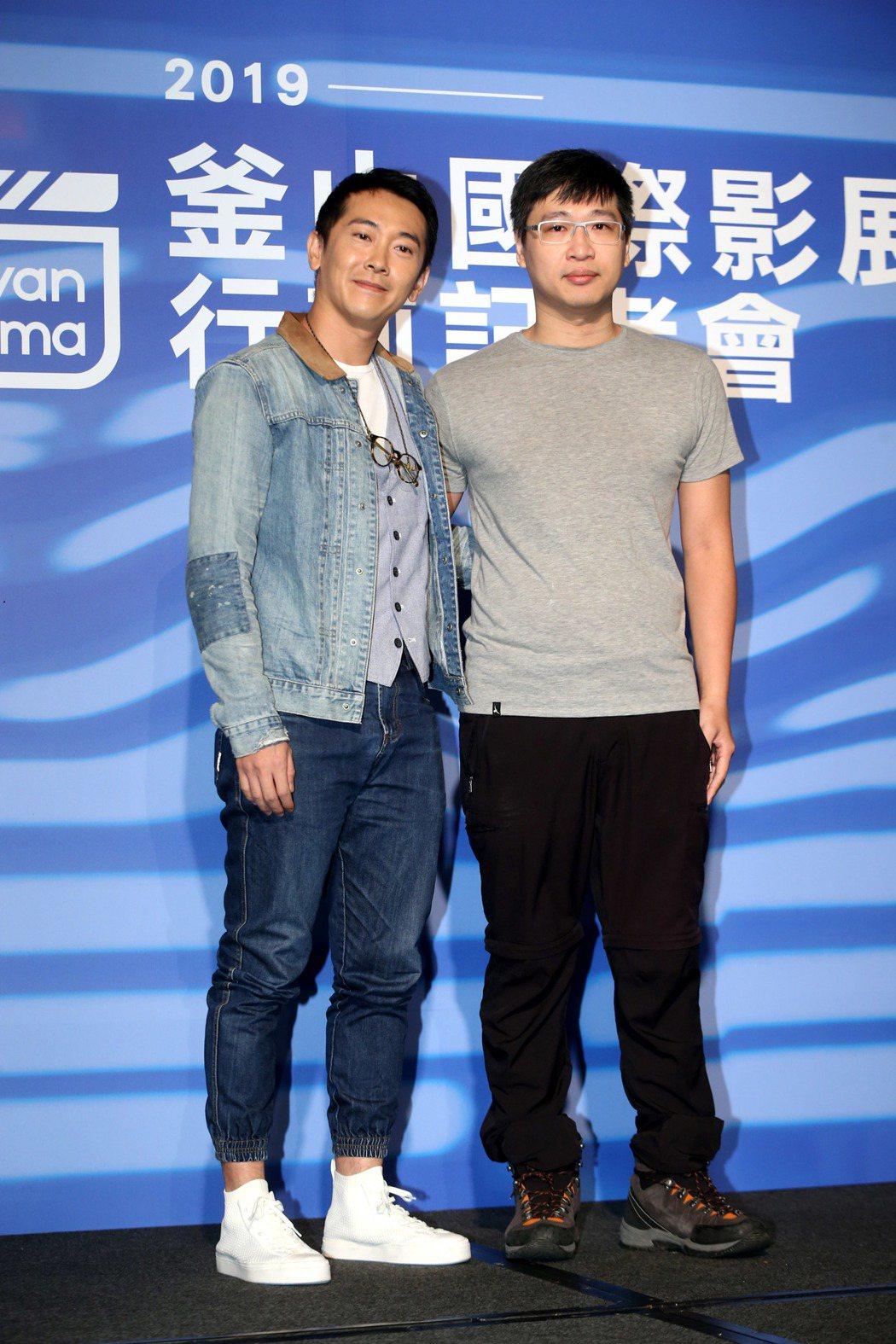 2019年釜山影展行前記者會,電影灼人之密演員施名帥(左)、導演林聖文(右)。記...