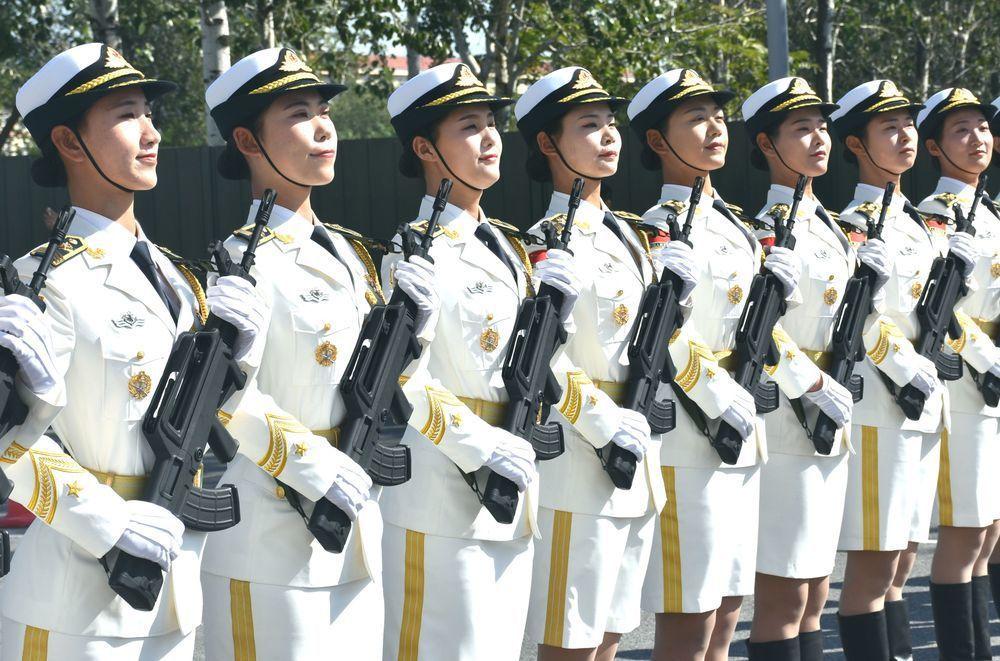 大陸閱兵村內的女官兵積極練習。特派記者陳言喬/攝影