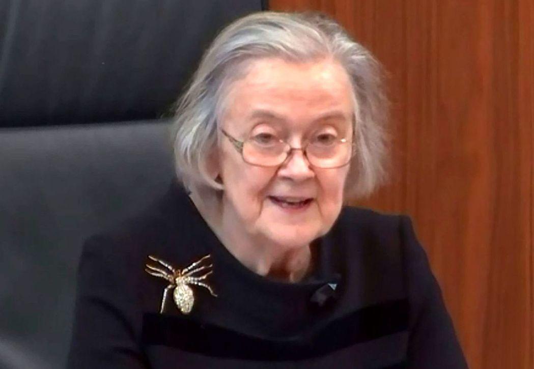 英國最高法院院長赫爾女爵24日宣讀判決時,右肩的蜘蛛胸針相當吸睛。(法新社)