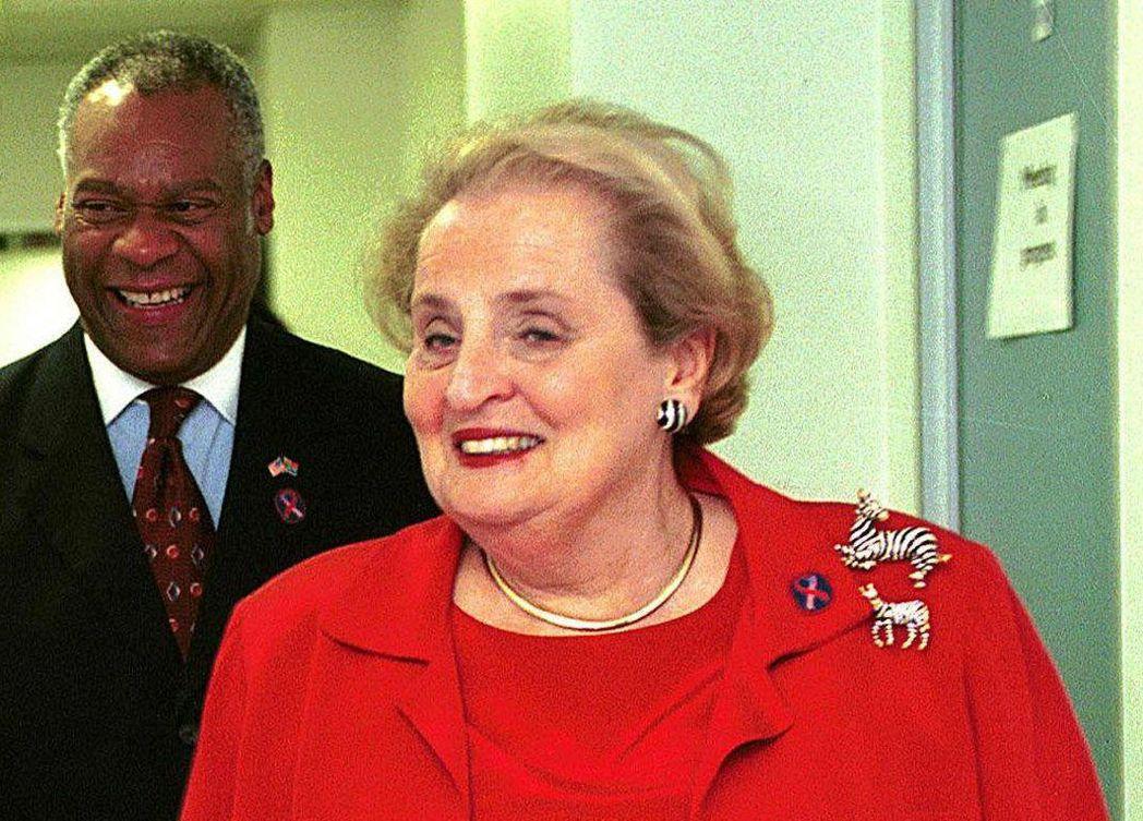 歐布萊特(右)2000年訪問南非時,特地佩戴斑馬胸針。(法新社)
