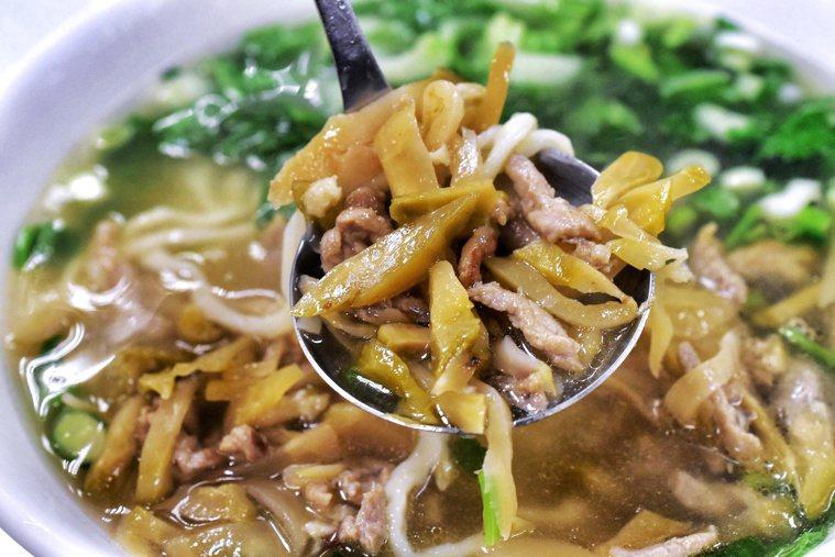 榨菜肉絲麵看似少油少鹽,其實含鹽量跟牛肉麵、麻辣鍋不相上下。 圖/聯合報系資料照...