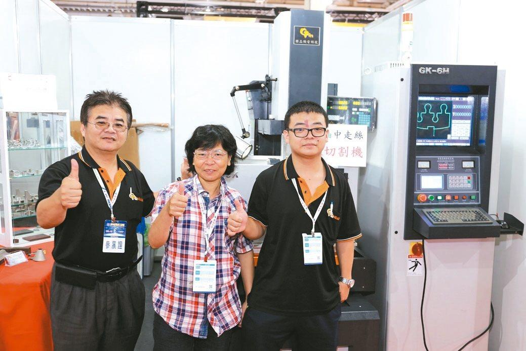 固品總經理李文湖(左)與固品機電公司夥伴合影。 黃奇鐘/攝影