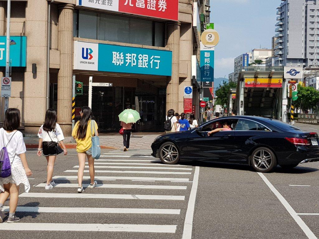汽機車或自行車對未禮讓視障者,將加重處罰。 聯合報系資料照片/記者翁浩然攝影