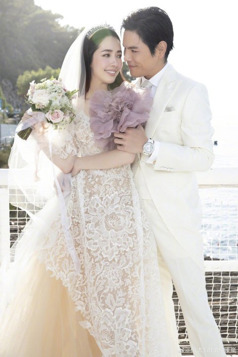 郭碧婷和向佐本月在意大利卡布里島舉辦婚禮,不過據當地媒體報導,一名美籍華人女模特兒出席該場婚禮時,傳出弄丟了一批價值約200萬歐元(約台幣6825萬元)的首飾。報導中指出,該名報案女模9月9日就搭成...
