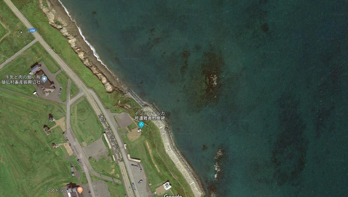 衛星照片中顯示,エサンベ鼻北小島僅剩小小的淺灘露出海面。圖擷自Google Ma...