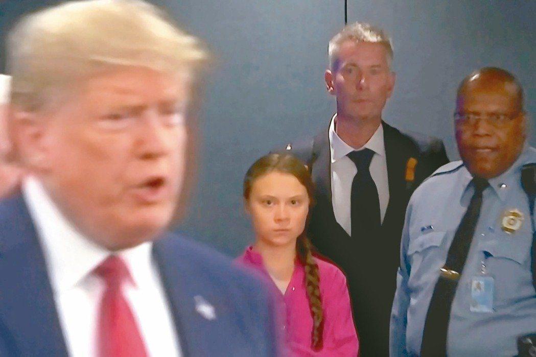 不重視氣候變遷問題的美國總統川普(左)廿三日突然現身聯合國氣候峰會會場,瑞典環保...