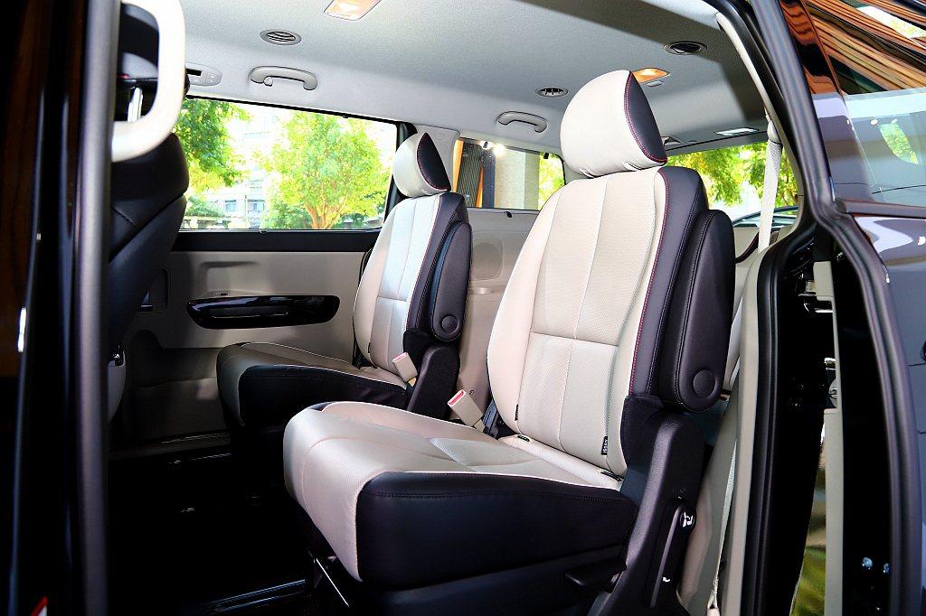 有第二/三排後座側窗遮陽簾,提供專屬私密空間;三區獨立恆溫空調(豪華版)強化車內...
