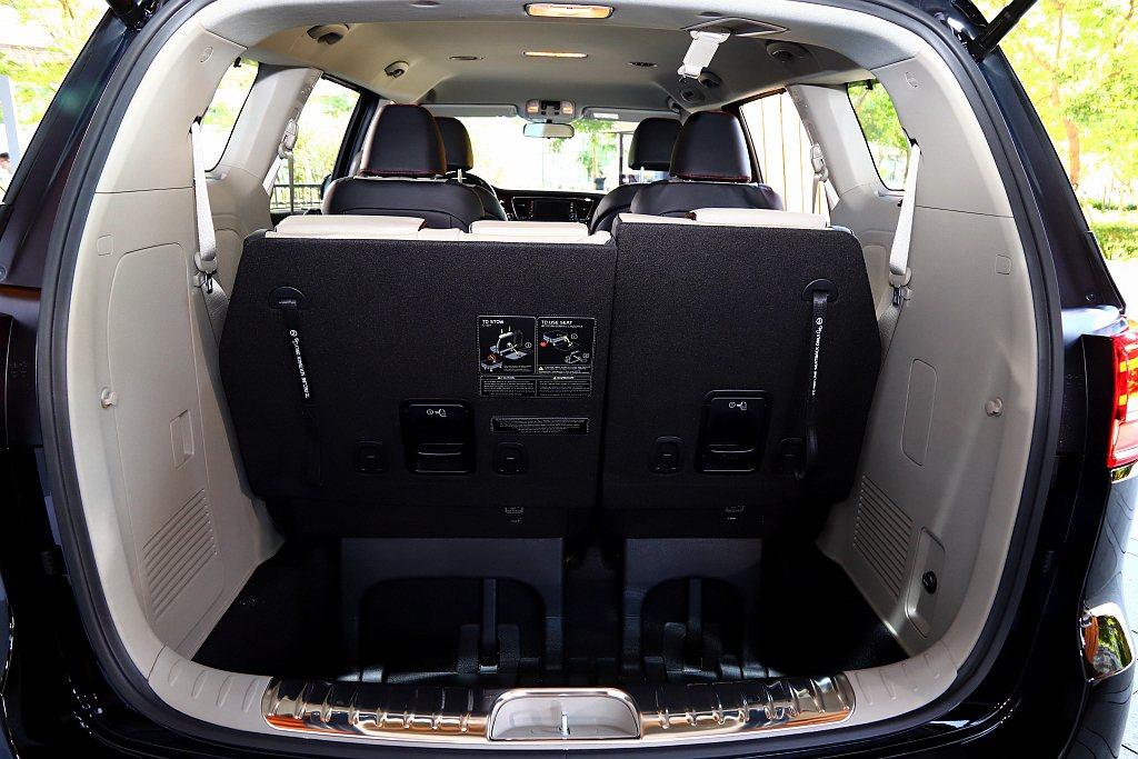 KIA Grand Carnival以標準MPV 7/ 8位成人座位設定,在全車...
