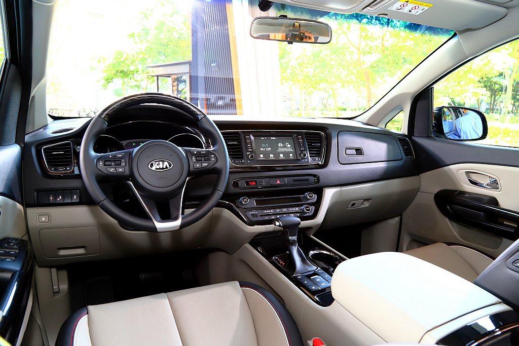 KIA Grand Carnival豪華版車型中控檯搭載7吋多媒體影音觸控系統,...
