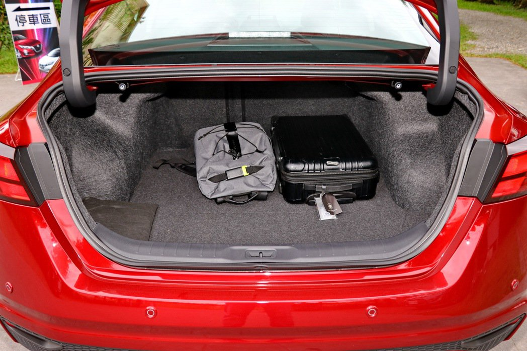 Altima一般狀態下可提供437公升容量。 記者陳威任/攝影