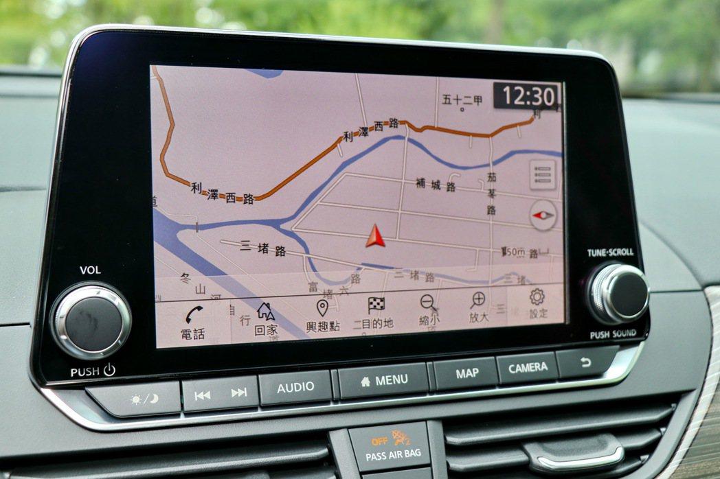8吋觸控螢幕配備衛星導航功能。 記者陳威任/攝影