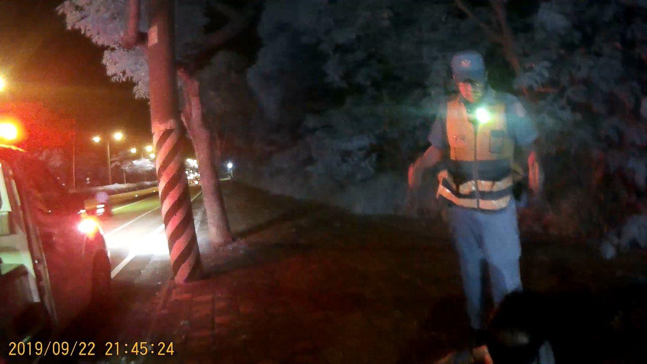 失智男子深夜迷路街頭,台中清水分局員警送他回家。圖/警方提供