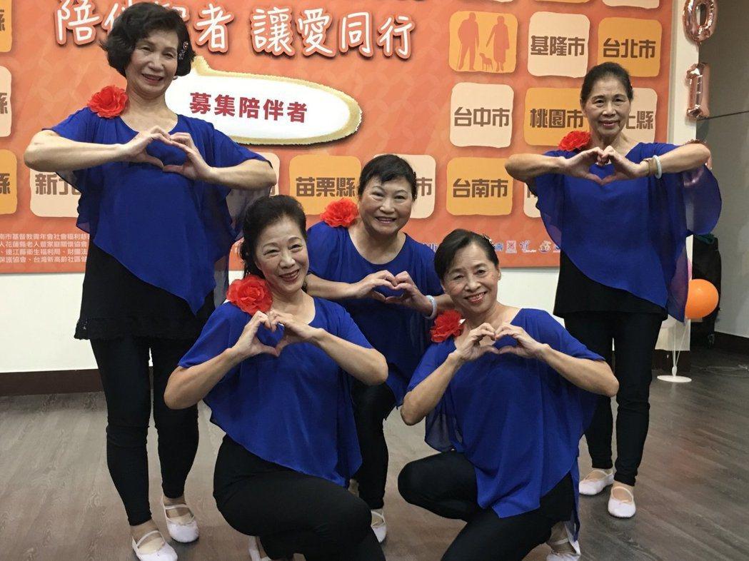 71歲的輕度失智者白婉芝(前排左)相當有自信,她不僅走出門參加老人服務中心的長青...
