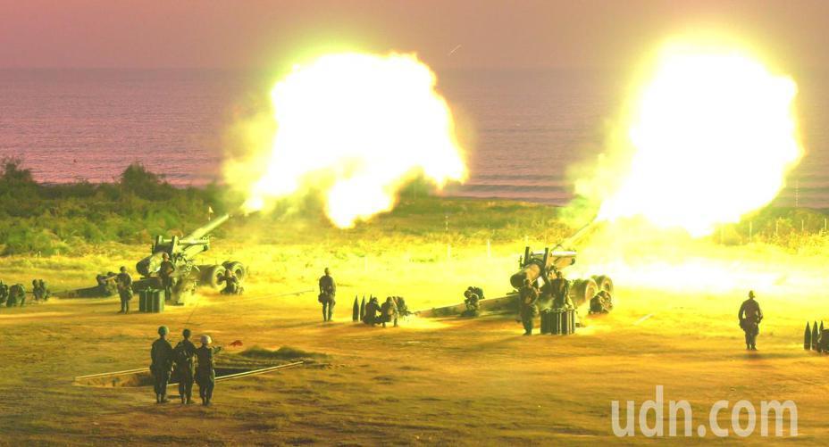 金防部年度「聯合反登陸作戰」操演,今日清晨5時30分在后湖炮陣地舉行, 總計射擊8吋榴砲等各式火砲48門、砲彈1100餘發,一時之間,砲火連天。記者蔡家蓁/攝影