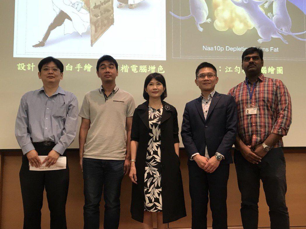 中研院基因體研究中心研究員阮麗蓉(中)與團隊透過小鼠實驗,了解Naa10p是否與...
