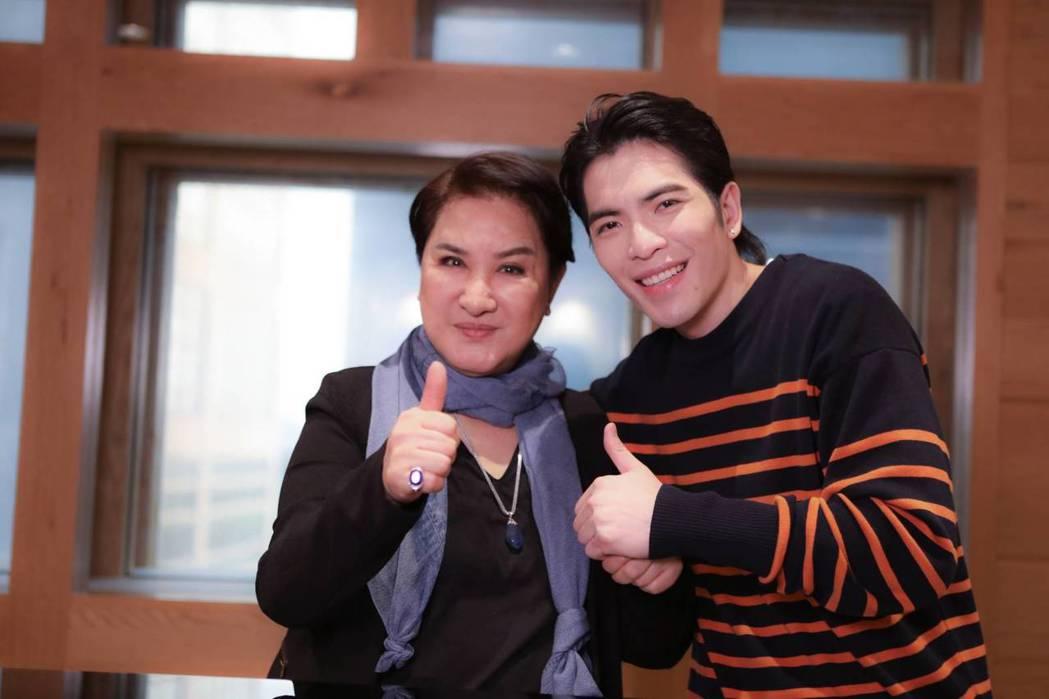 楊麗花(左)與蕭敬騰相見歡。圖/麗生百合提供