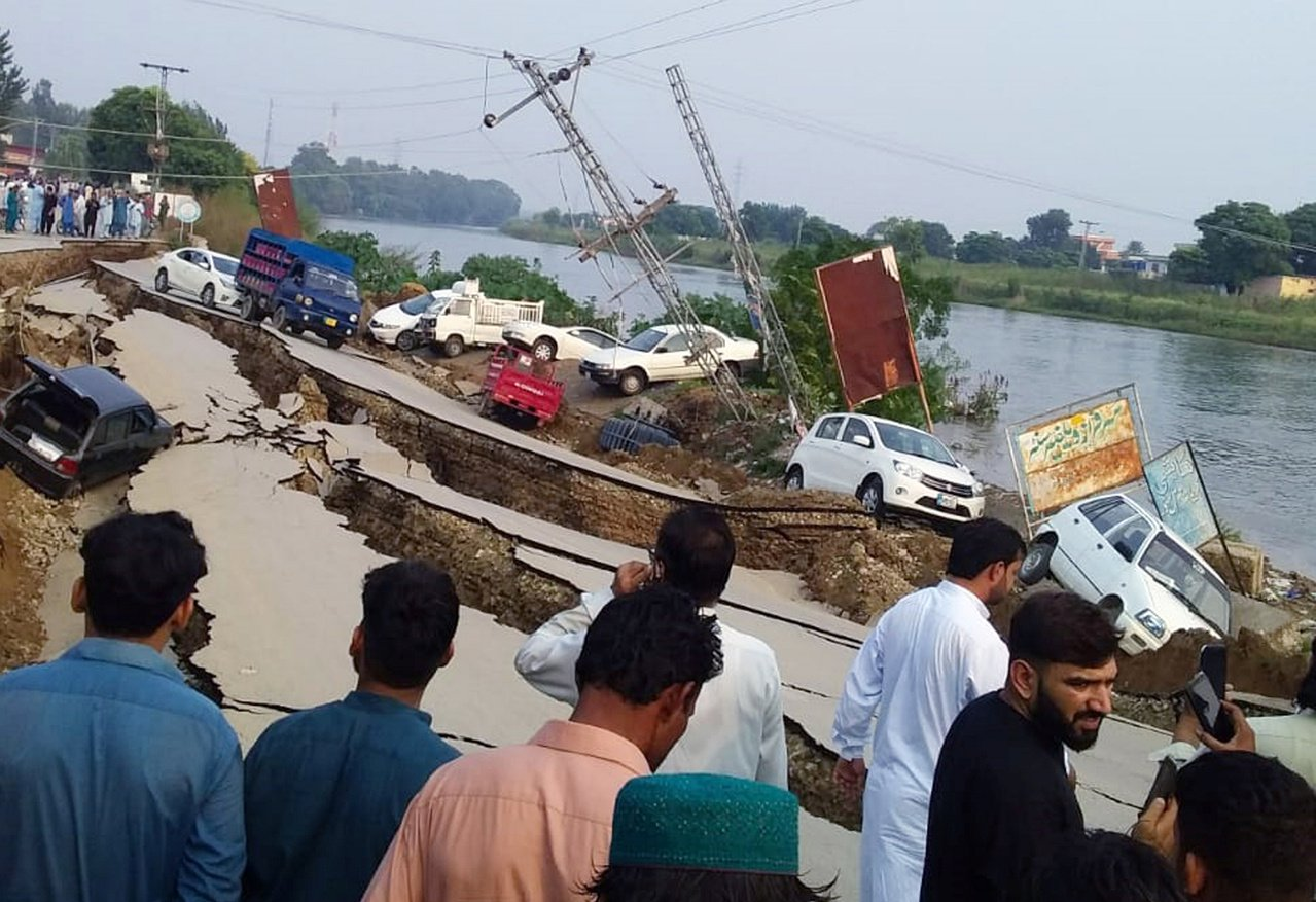 巴基斯坦東北部24日發生規模5.8淺層強震,導致當地道路柔腸寸斷、建築物倒塌。《...