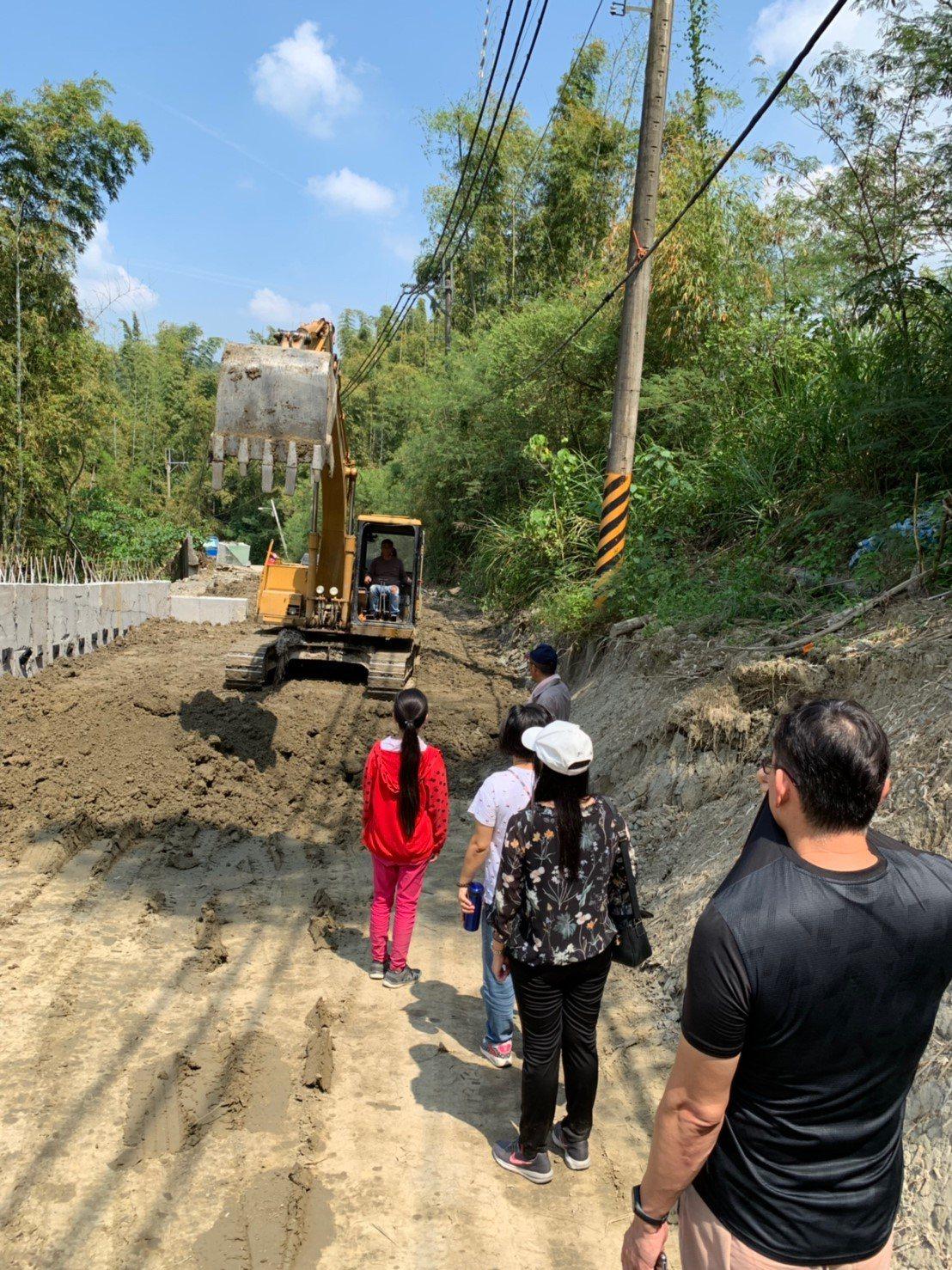 台南市左鎮國小一對住偏遠地區的姊弟(穿紅衣是姊姊)因聯外道路崩塌搶修中,上下學需...