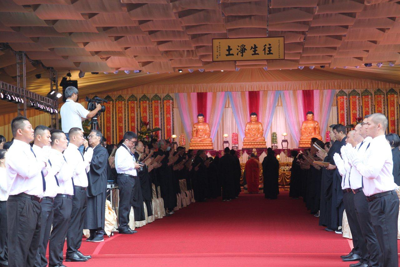 中台禪寺108法師圍繞 呂崇民送父親最後一程