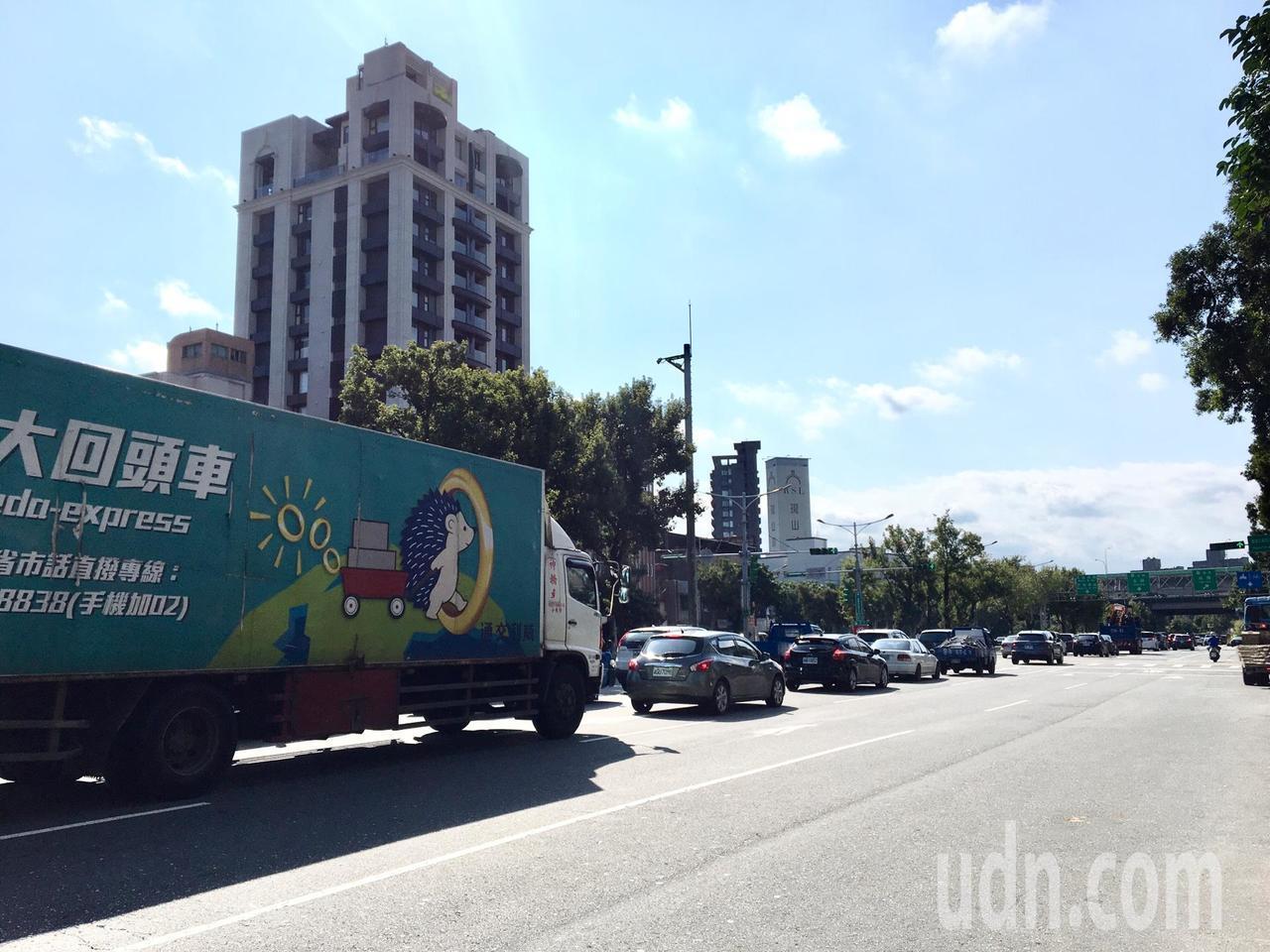 重慶北路4段往高速公路方向有6車道,但要進入北上匝道卻只有1車道,車輛為匯入北上...
