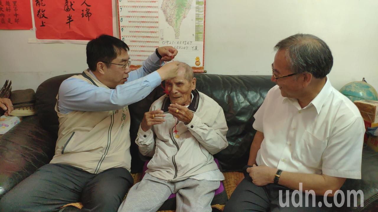 台南市長黃偉哲(左)、民政局長顏振標(右一)為擔任鄰長已52年的百歲人瑞羅通文戴...