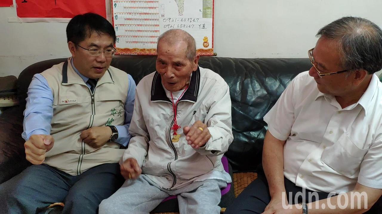 擔任鄰長已52年的台南大內區頭社里長百歲人瑞羅通文(中)小秀拳法,黃偉哲(左)也...