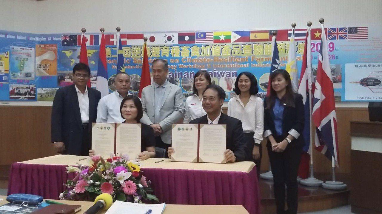 農委會畜產試驗所黃振芳 (前排右)與越南農業部畜產研究院副院長吳氏金菊博士簽署的...