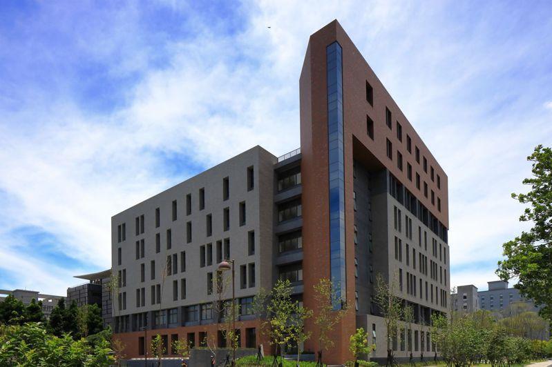 台北大學「音律電機資訊大樓」今落成啟用,外觀由磚紅色「弋」字變化、搭配灰色縱橫牆面與門柱的「鳥」,合成台北大學的校徽「鳶」意象。圖/台北大學提供
