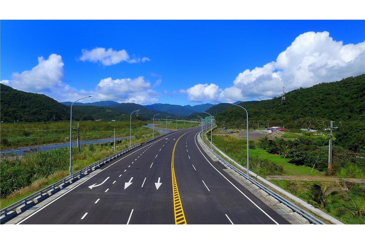 號稱全台最美公路,省道台9線南迴公路台東安朔至屏東草埔路段,因有長達4.6公里的...