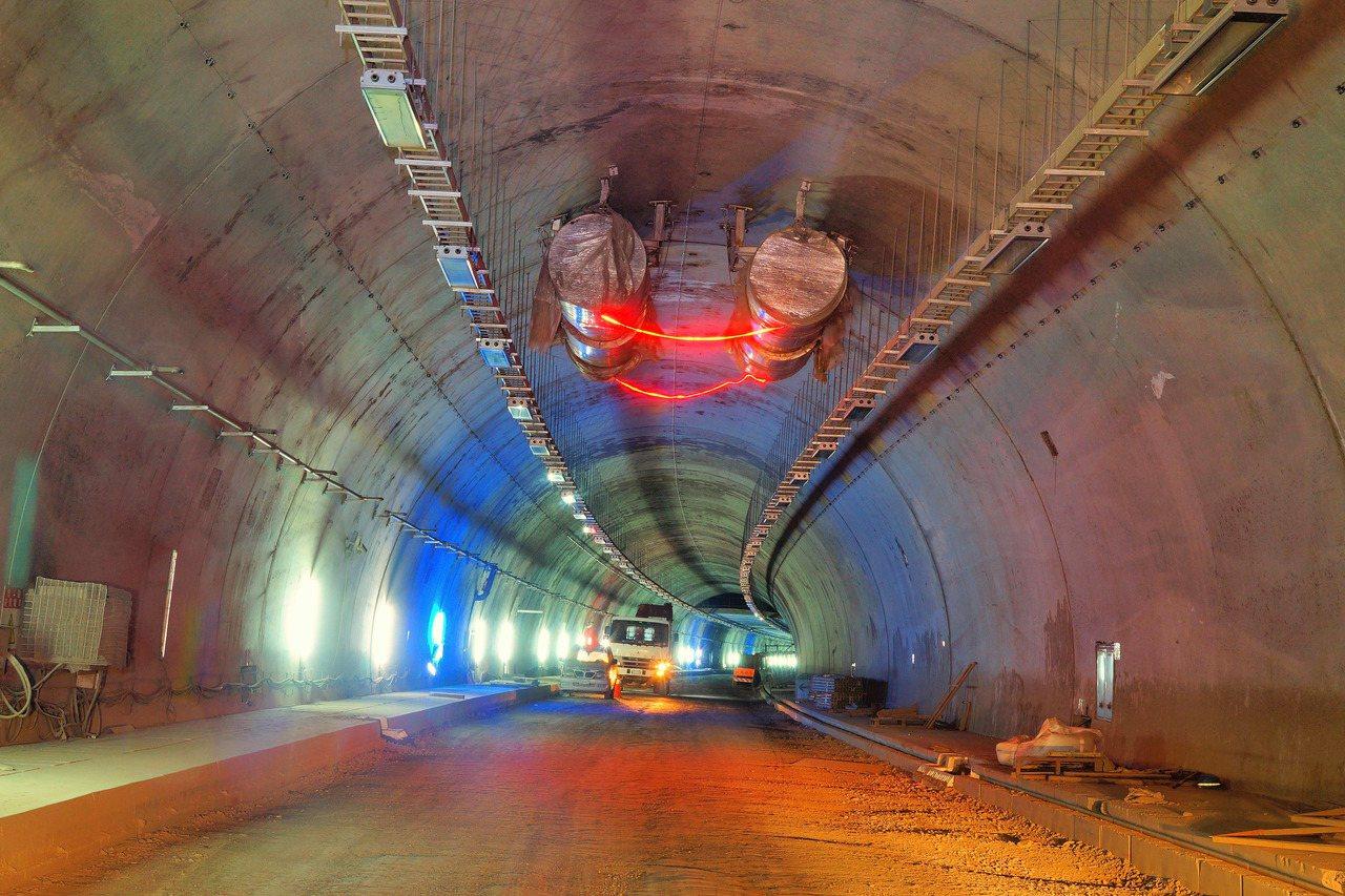 號稱全台最美公路,省道台9線南迴公路草埔隧道長達4.6公里,基於安全,禁行機車(...