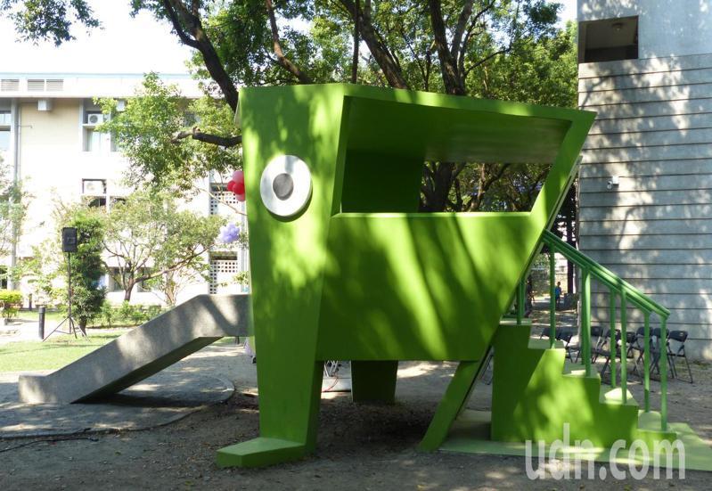 新民國小的創意兒童遊戲場內有可愛的青蛙造型溜滑梯,與校內環境自然融合在一起。記者凌筠婷/攝影