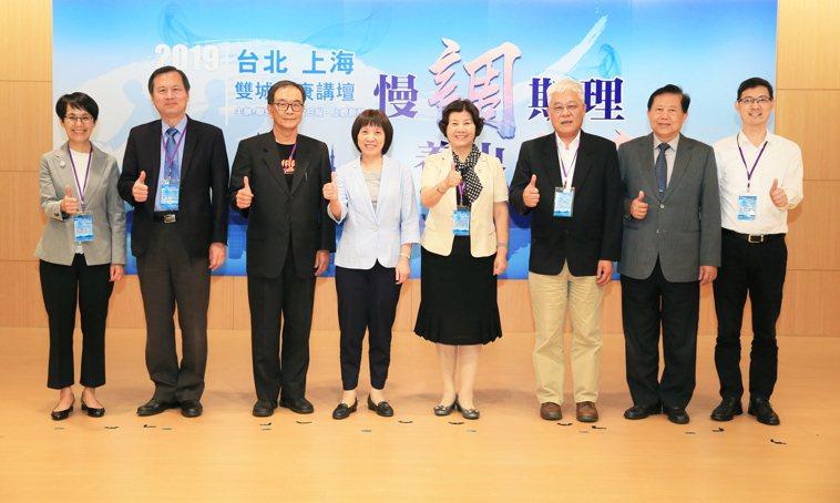 聯合報與上海上觀新聞今天共同舉辦「慢『調』斯理養出健康─雙城健康講壇」,邀請台中...