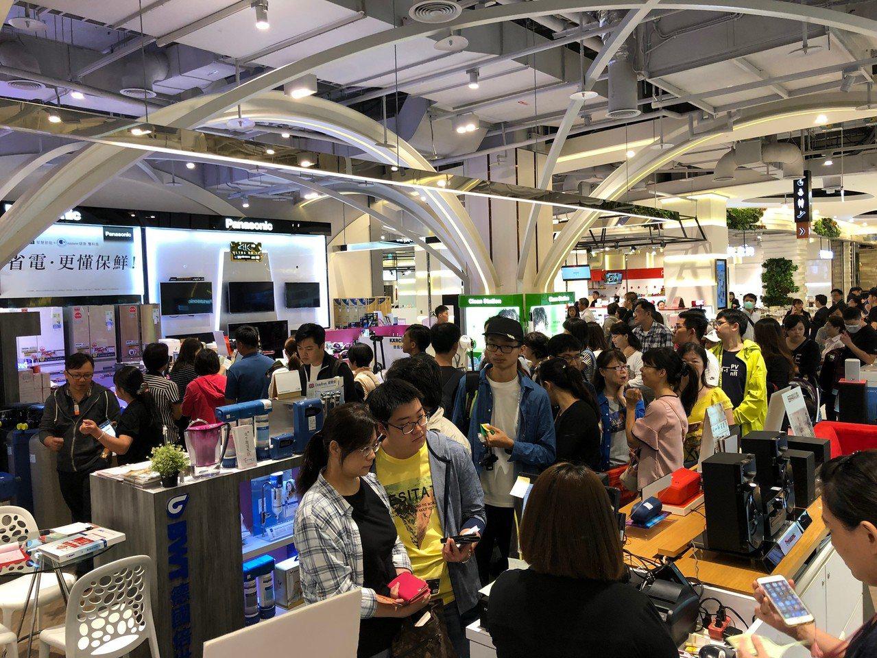 10月初桃園地區百貨、購物中心周年慶齊跑進行搶客大作戰。圖/大江購物中心提供