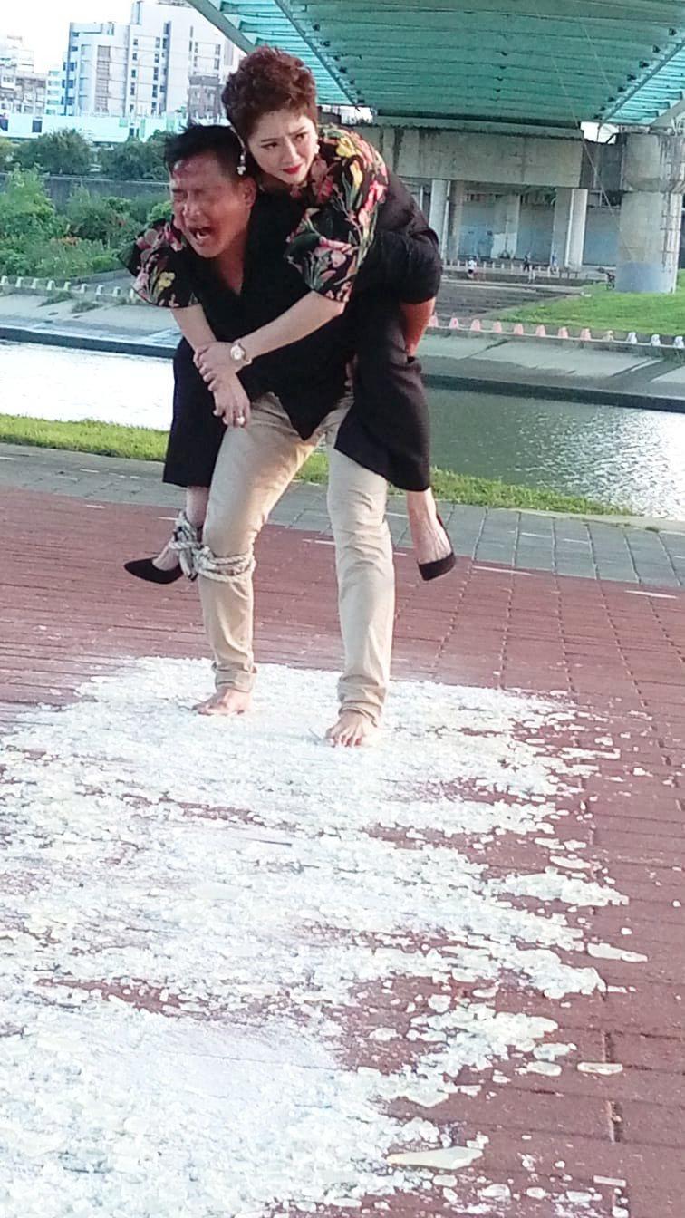 江宏恩在戲中赤腳走過碎玻璃。圖/艾迪昇傳播提供