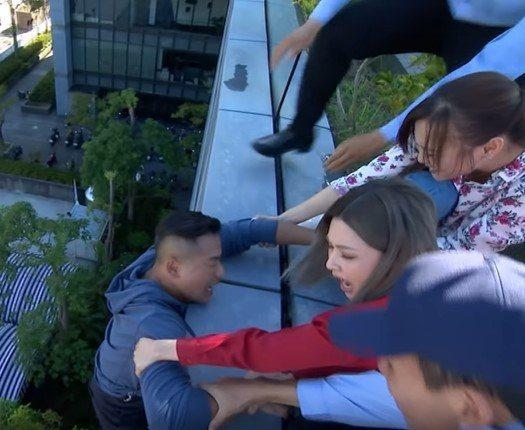 江宏恩冒險拍戲,吊在9層樓高外牆。圖/影片截圖
