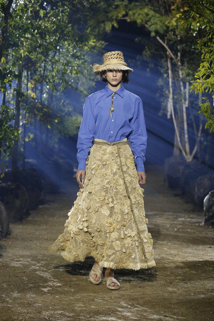 崇尚自然的藤編帽、花葉形貌編織裙,都呼應了花園的意象。圖/DIOR提供