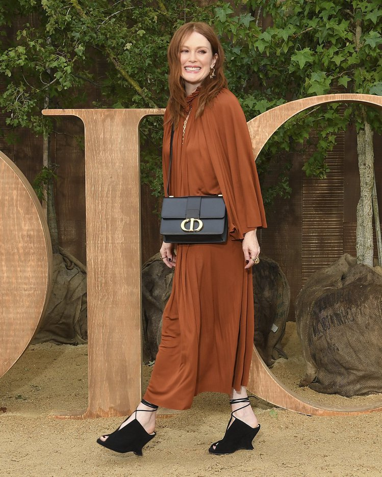 茱莉安摩爾以放鬆心情參加大秀,留下俏皮可愛的畫面。圖/DIOR提供