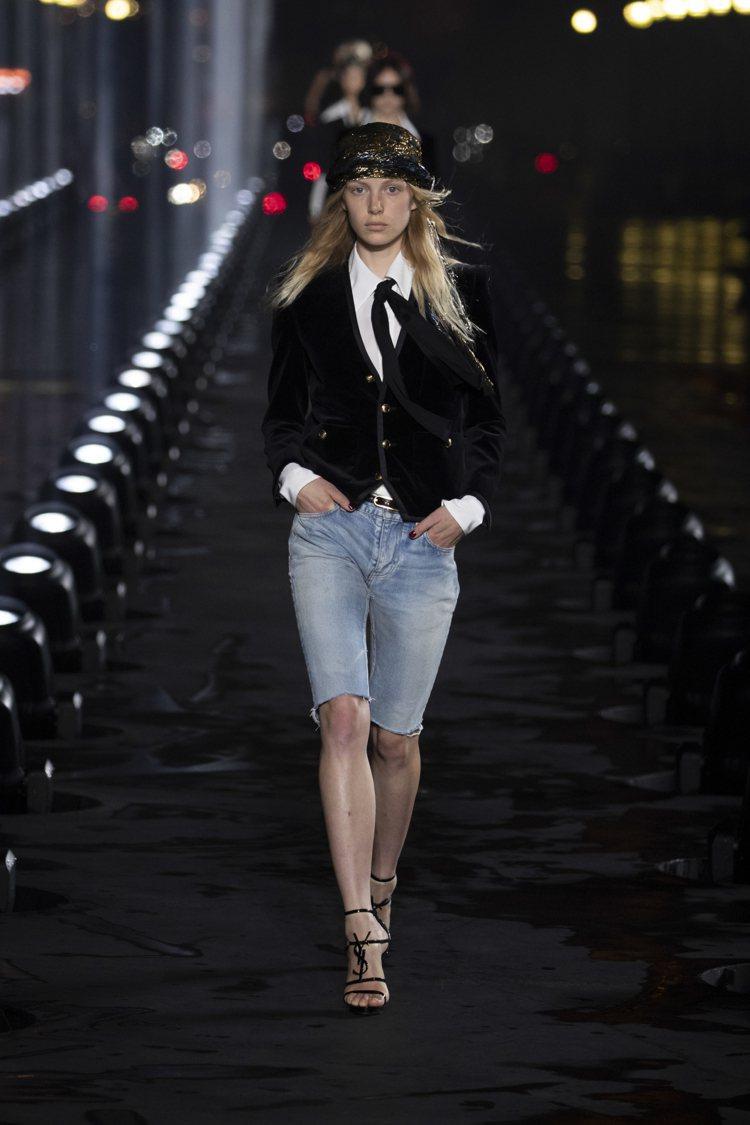 標誌性的煙裝Le Smoking以多種不同的搭配法呈現,主打短褲的造型也格外率性...